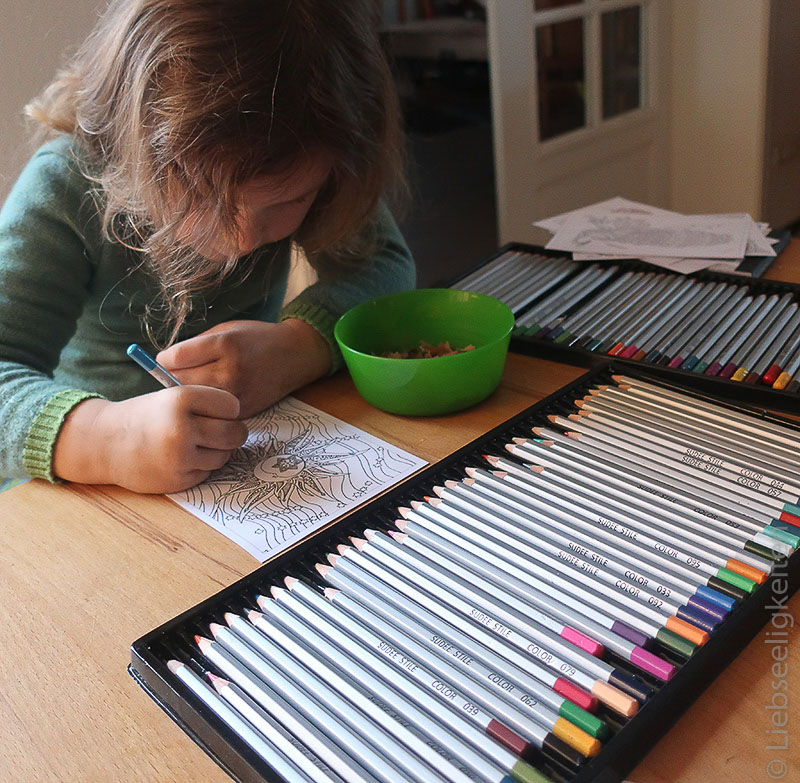 Kind beim ausmalen eines Bildes