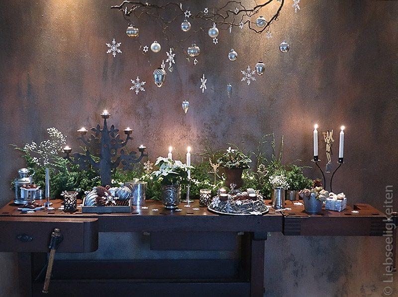 festliche weihnachtsdekoration auf hobelbank - weihnachtsdeko - weihnachtlich geschmückt in weiß und silber