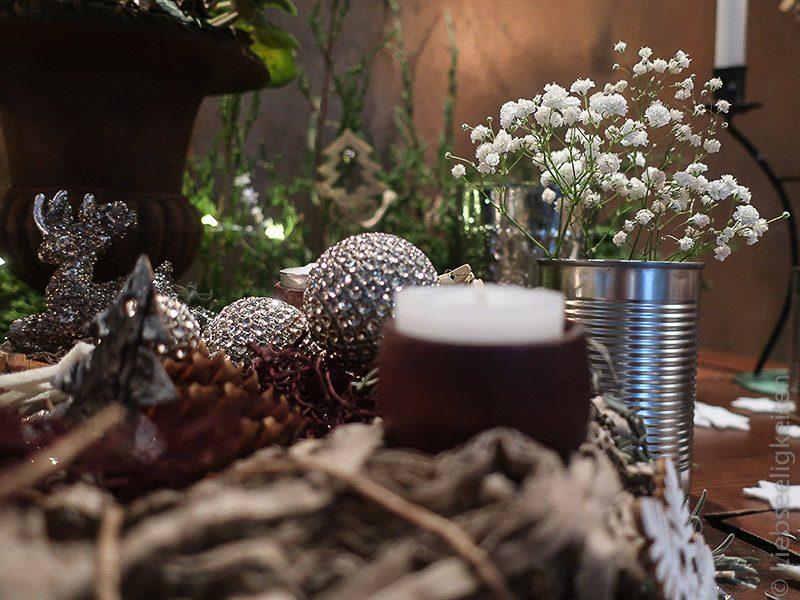 schleierkraut in Vase aus Konservendose und silberne weihnachtskugeln