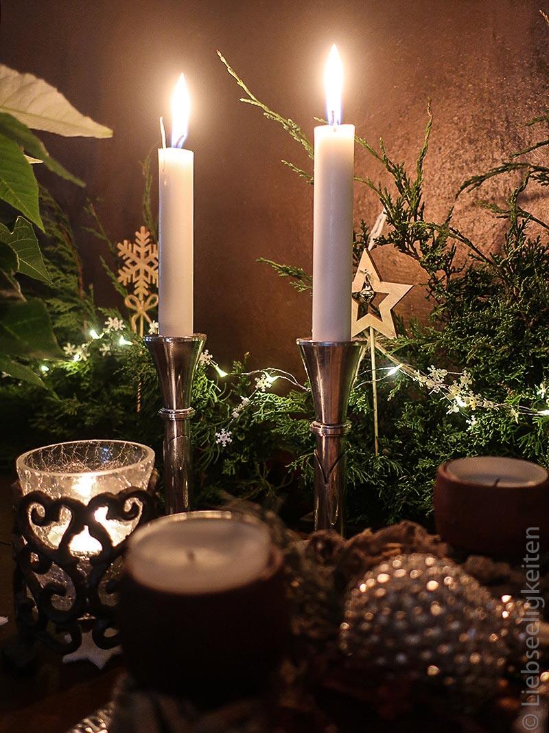 silberne Kerzenständer - tannengrün und weihnachtsdeko