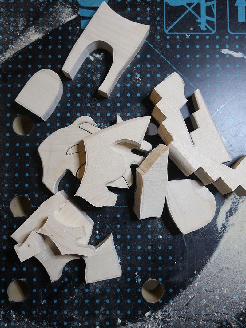 Ausgesägte Holzteile mit der Dekupiersäge