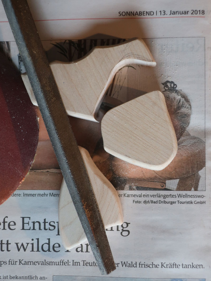 Bearbeiten der Holzteile mit Feile und Schmirgelpapier