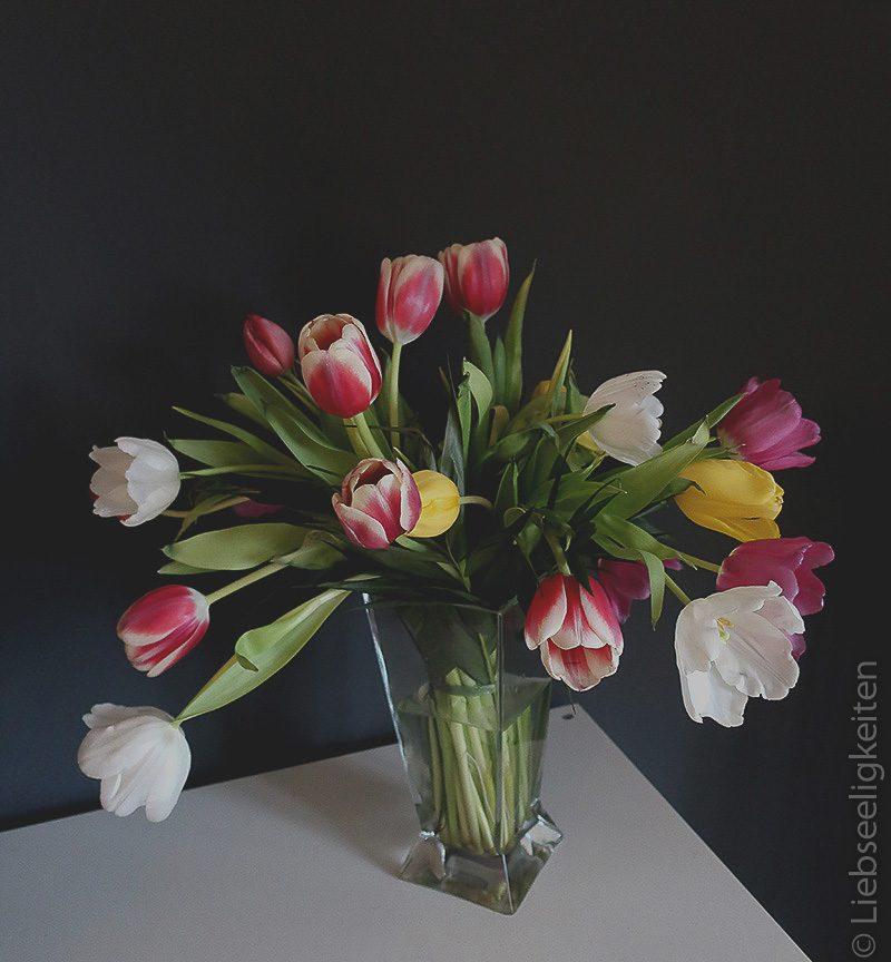 Ein Strauß Tulpen - Tulpenstrauß - Blumenstrauß - Blumen in der Vase