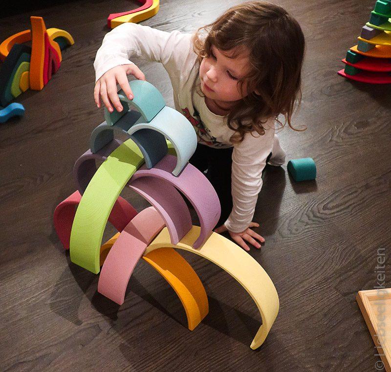 Kind beim Spielen mit Bauklötzen