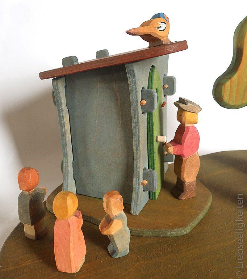 Seitenansicht des Plumpsklos DIY Außentoilette für die Ostheimer - Holzspielzeug