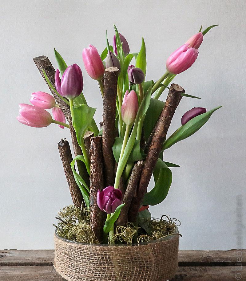 Tulpenstrauß - Frühlingsdeko auf dem Tisch - violette Tulpen in der Schale mit Astschnitt