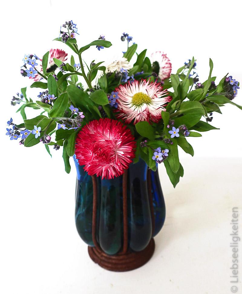 Blumenvase mit Vergissmeinnicht und Tausendschön