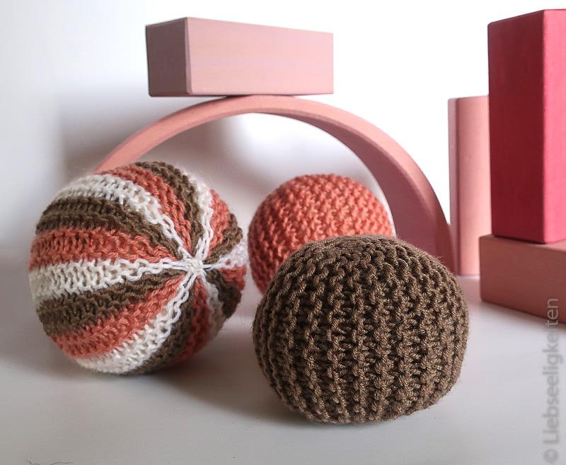 Gestrickte Bälle und Bausteine