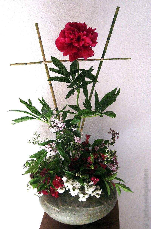 Bauernrose in Vase mit Weigelie und Maiblumenstrauch