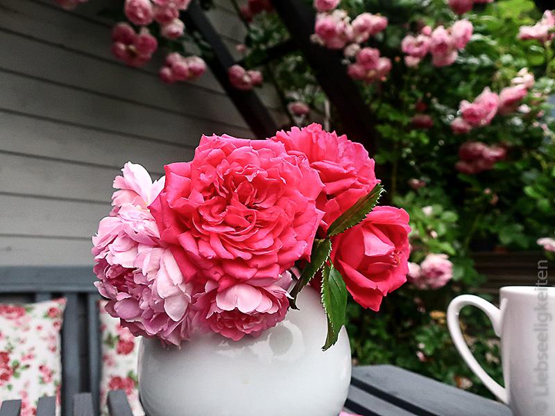 Blumenvase mit Rosen - Laguna und Jasmina in der Vase - Rosenbogen
