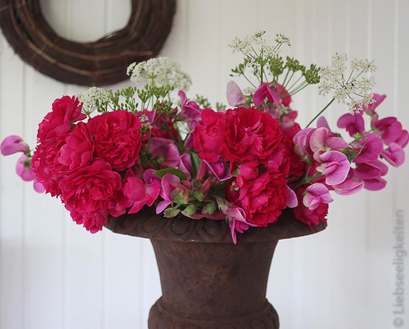 Blumenstrauß mit Rosenblüten, Wicken und Girschblüten
