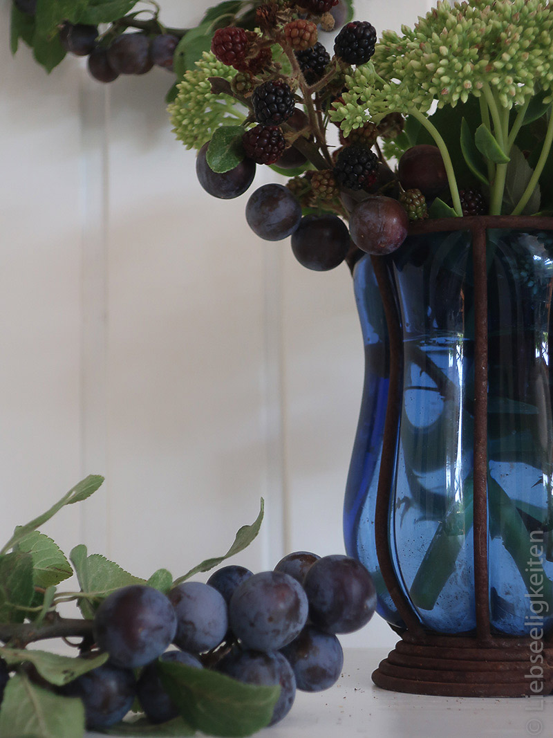 Früchte der Schlehe und Brombeeren mit Fette Henne in einer Vase