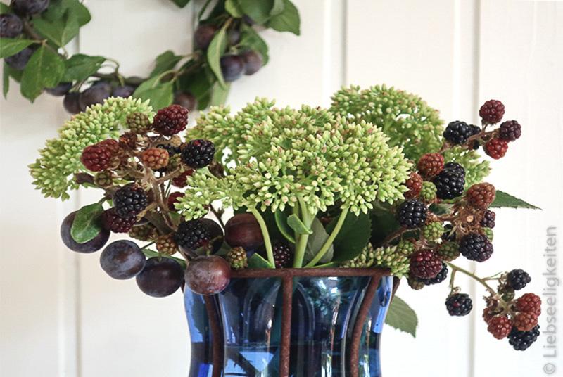 Zweige der Brombeere, Schlehe und Fette Henne in der Vase