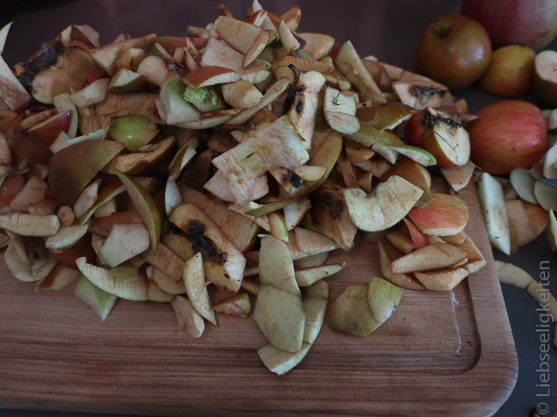 Apfelschale - geschälte Äpfel