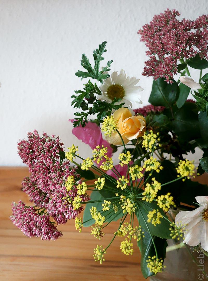 Herbstblumen in der Vase - Fette Henne, Fenchel Moschusmalve und Rose