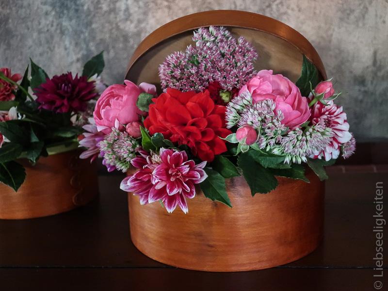 Holzschachtel als Vase, gefüllt mit Herbstblumen