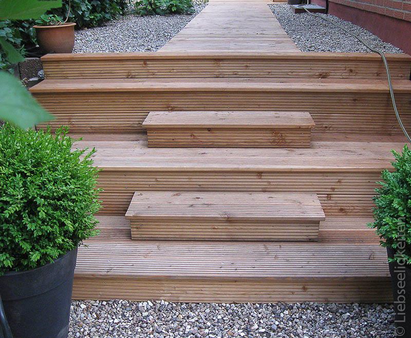 Holztreppe im Garten