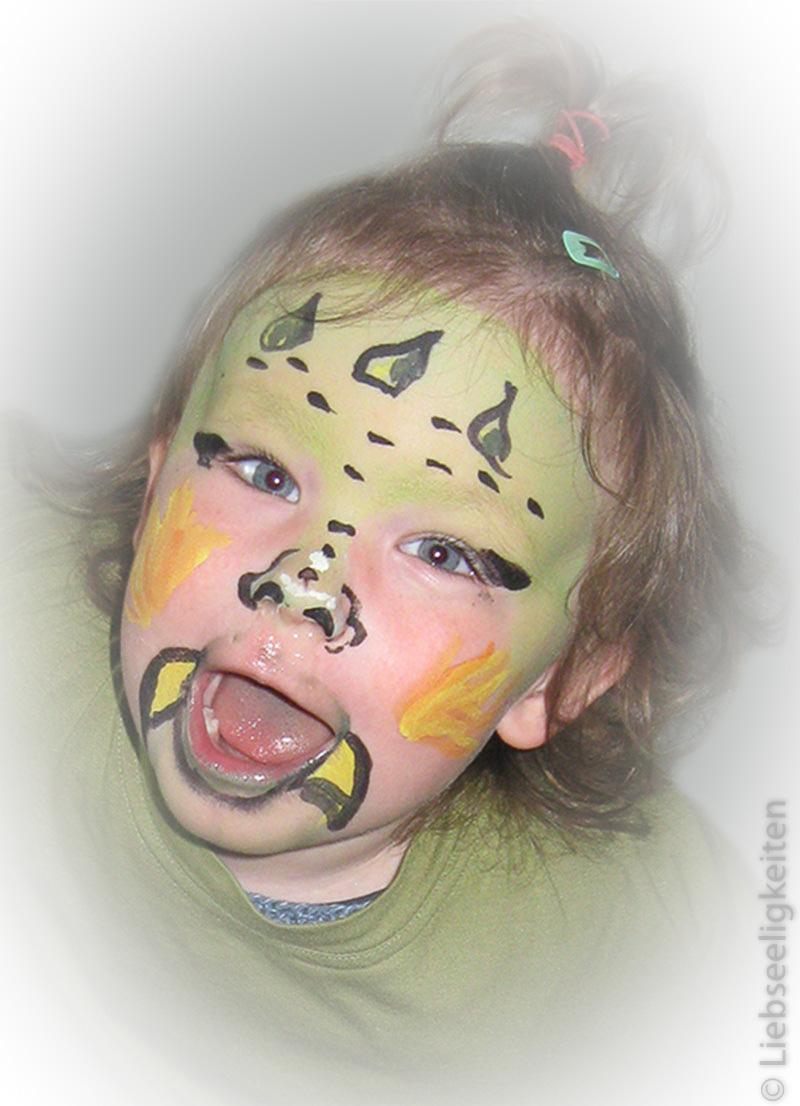Kind mit geschminkter Maske