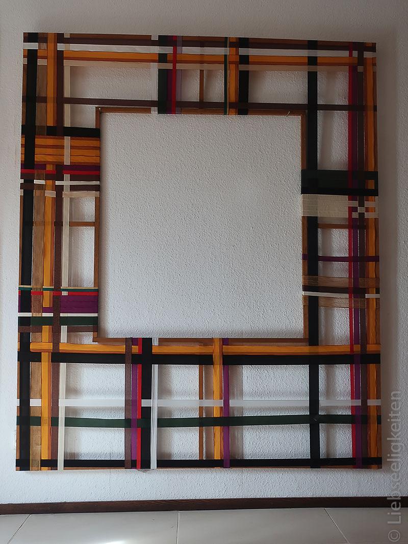 Rahmen aus Leisten und Geschenkband
