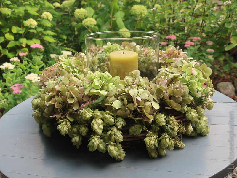 Tischkranz mit Hopfen und Hortensien