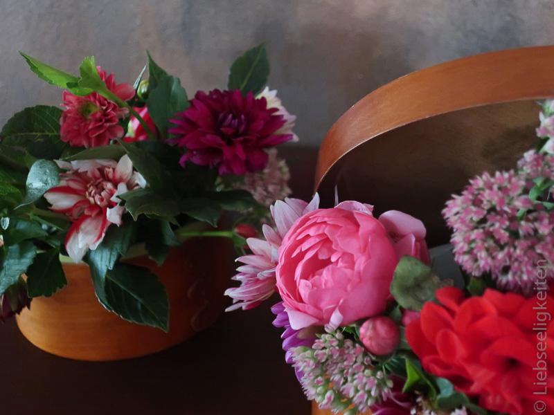dahlien Rose und Fette Henne in einer Holzschachtel