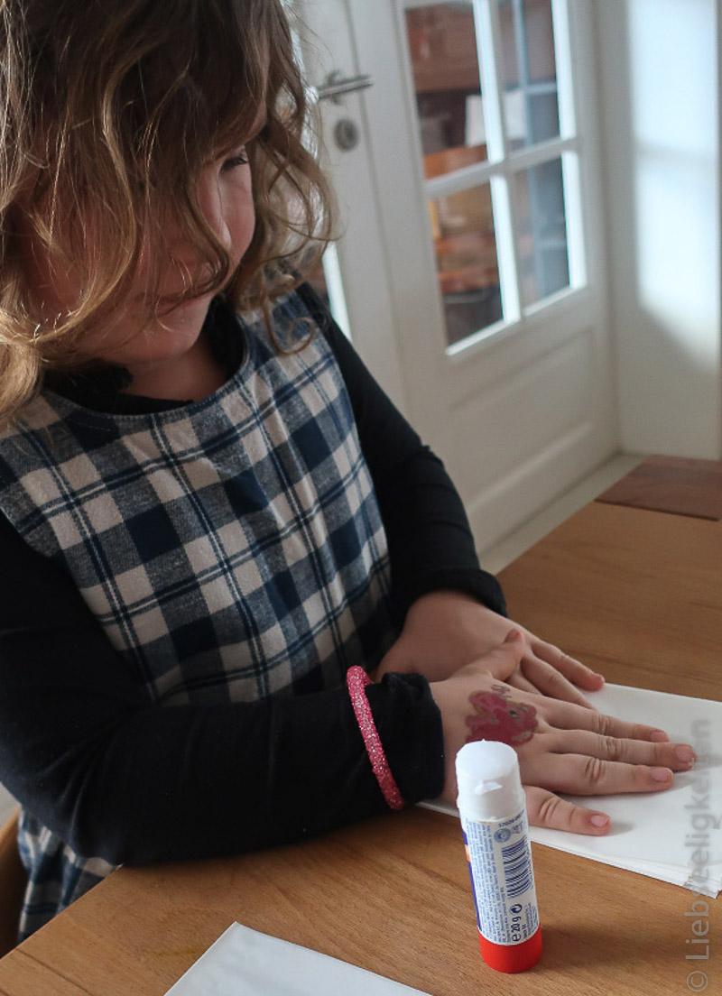 Kind beim Basten - Stern aus Butterbrottüten