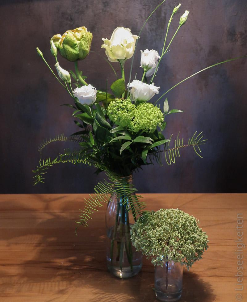 Blumen in der Vase - weiße Blumen und Kalifornischer Moh