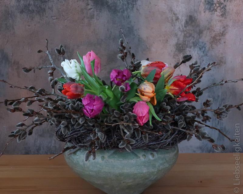 Tulpen und Kätzchen in der Vase - Frühlingsstrauß -