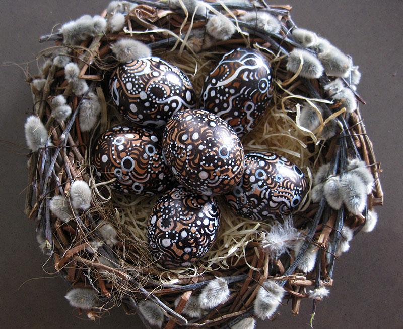 Bemalte-Eier-im-Nest-aus-Weidenkätzchen