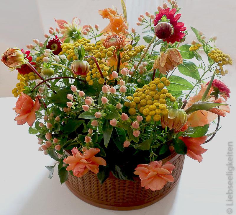 Ein Blumenstrauß in den Farben Gelb und Orange